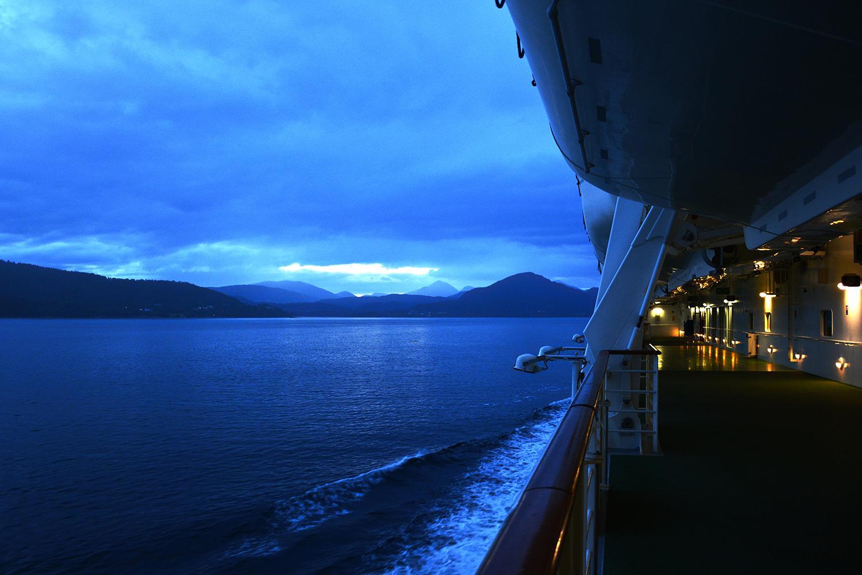 Blick vom Kreuzfahrtschiff im Sonnenaufgang